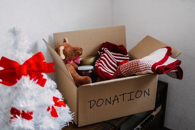 Kerstdonatiepakketten helpen vluchtelingen en daklozen xmas liefdadigheidsdonatiebox met warme kleding