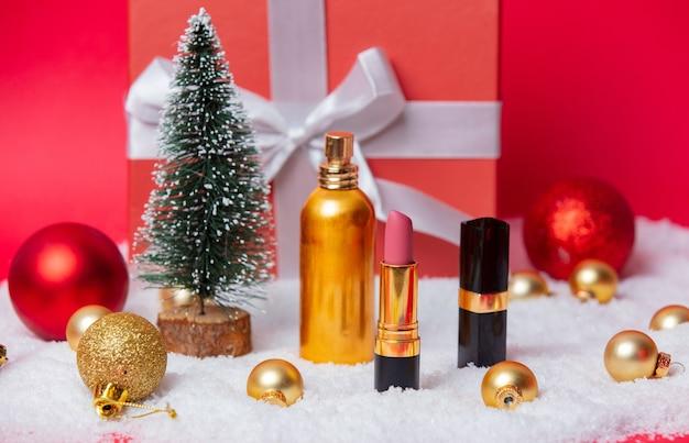 Kerstdoos met cosmetica en sneeuw