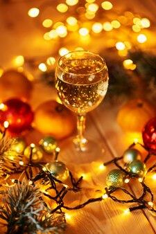 Kerstdranken op de gedecoreerde tafel