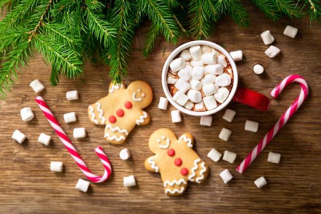 Kerstdrankje kop warme chocolademelk met marshmallows en koekjes