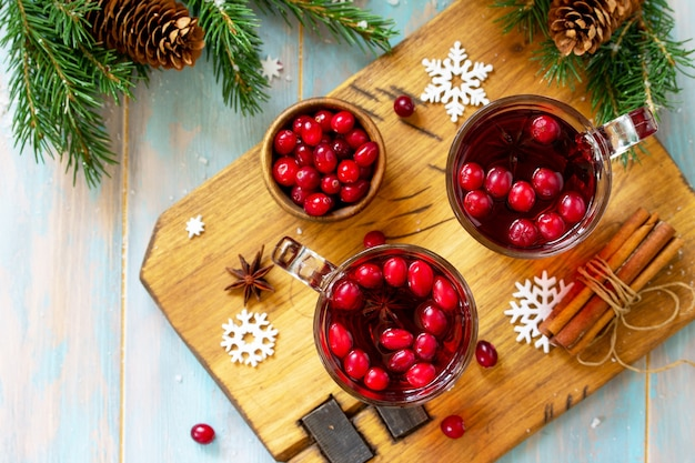 Kerstdrankjes warme winterdrank met veenbessen en kaneel bovenaanzicht plat leggen