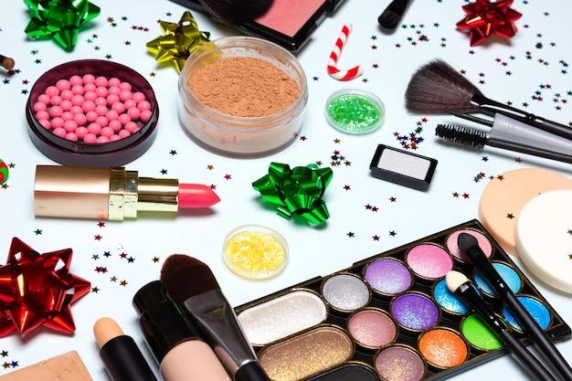 Kerstfeest glinsterende make-up. heldere sprankelende nieuwjaarsmake-up. zijaanzicht, selectieve focus