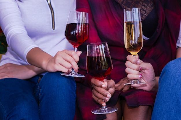 Kerstfeest met champagneglazen op nieuwe jaarfeest.