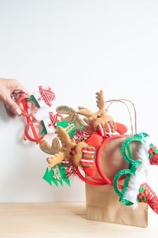 Kerstfeestaccessoires in boodschappentas
