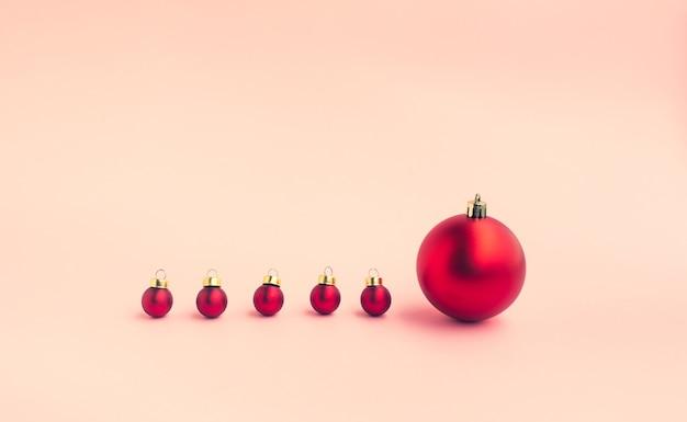 Kerstfestivalconceptenideeën met verschilgrootte van rode bal