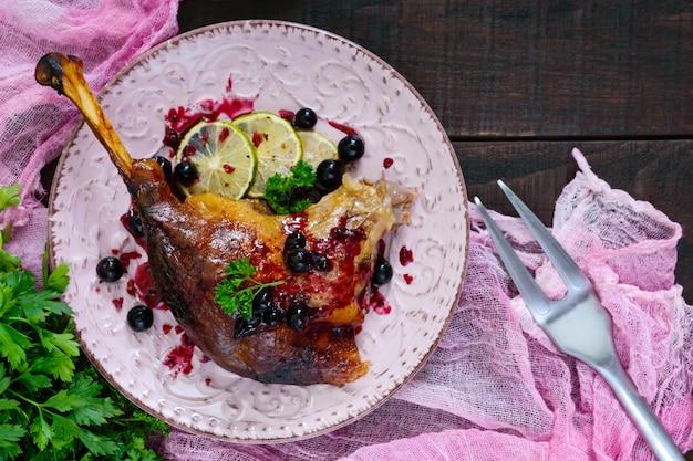 Kerstgans gebakken in de oven met appels en druiven