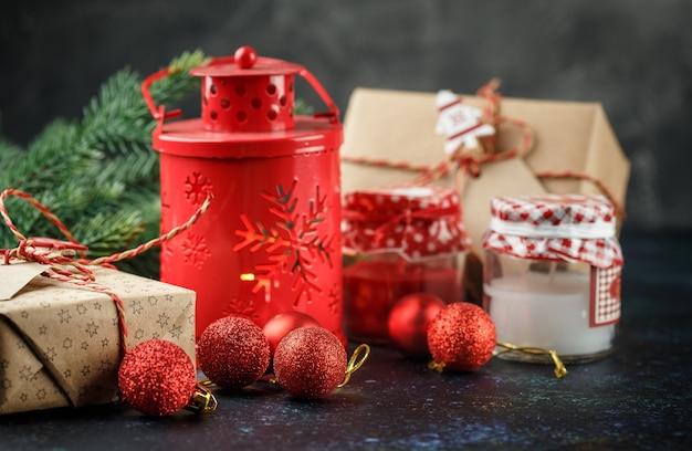 Kerstgeschenkdoos, rode lantaarn met kaars, rode ballen en decoratielicht