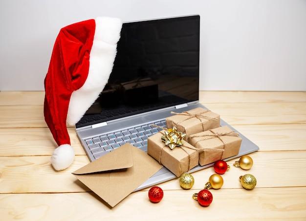 Kerstgeschenken kopen. grote verkoop in wintervakantie. creditcard gebruiken om te internetten. verkoop- en kortingsacties tijdens de kerstvakantie, online kerstinkopen thuis. vergrendel het coronavirus