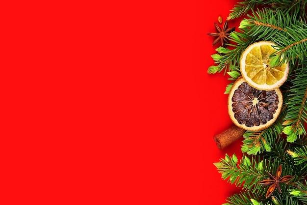 Kerstgrens met droge sinaasappelen, kruiden en sparrentakken