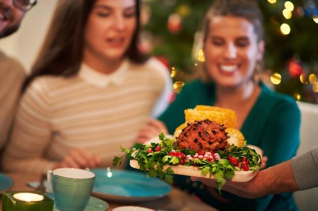 Kerstham op tafel geserveerd