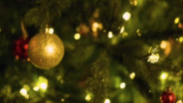 Kersthuiskamer met boom en feestelijke bokehverlichting, vage vakantieachtergrond