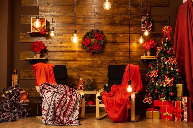Kersthuisontwerp met mooie kerstboom. gezellige nacht.