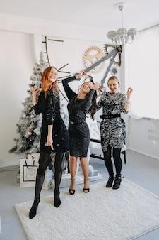 Kerstideeën op slot. kerstviering, oudejaarsavondfeest, feestelijke familie
