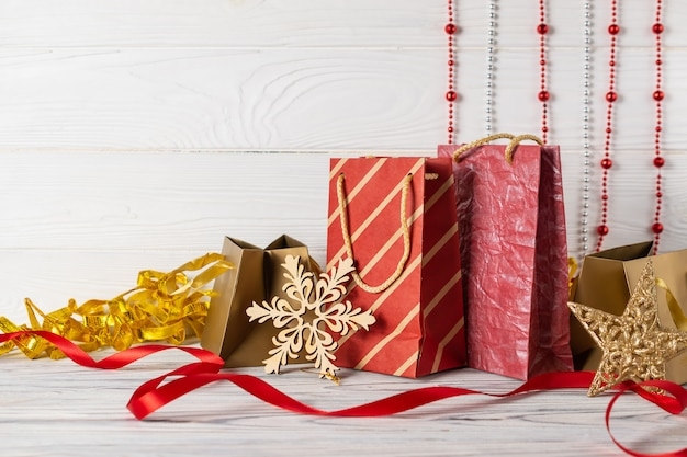 Kerstinkopen verkoop samenstelling met rode papieren zakken en decoraties