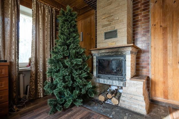 Kerstinterieur rustiek, kerstboom in een oud houten huis