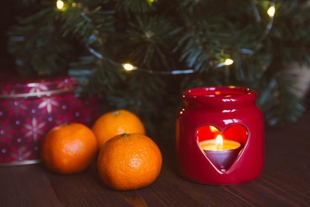 Kerstkaars, boom, mandarijnen.