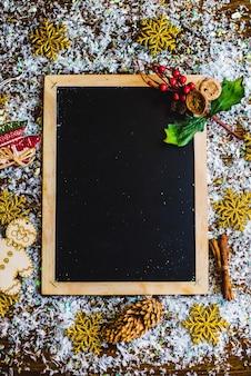 Kerstkaart fotolijst, op een houten achtergrond.