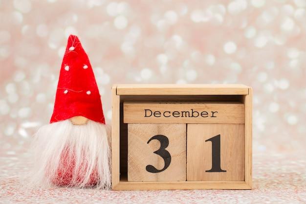 Kerstkaart kabouter met houten kalender december oudejaarsavond
