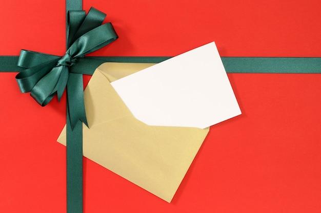 Kerstkaart met cadeau boog