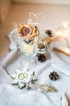Kerstkaart met chrismas licht soft focus cup met verlichting chrismas en nieuwjaar achtergrond