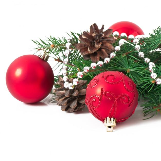 Kerstkaart met een rode bel en dennentakken