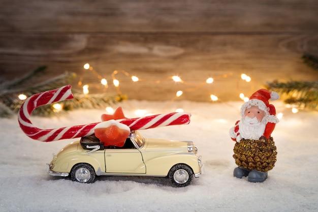 Kerstkaart met een slinger en kerstversiering. ruimte kopiëren.