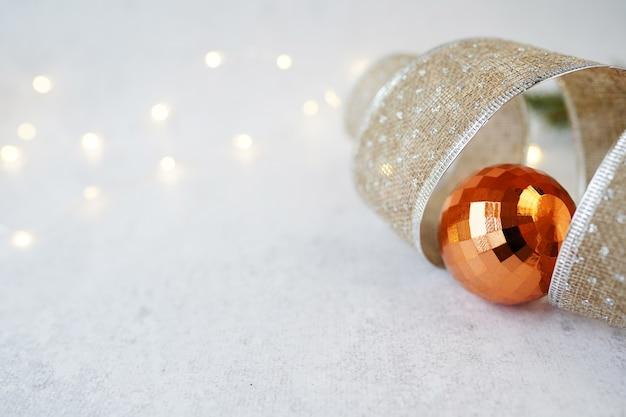 Kerstkaart met gouden bal en lint