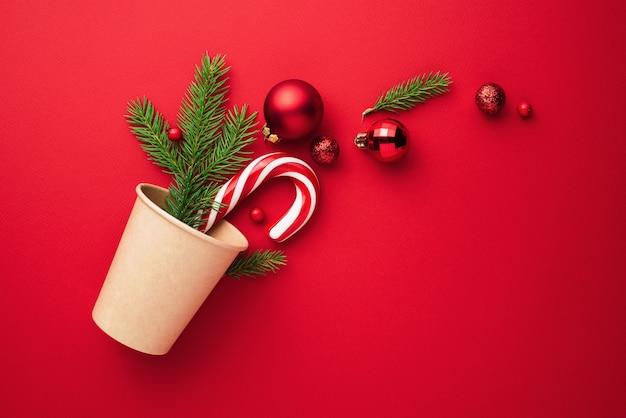 Kerstkaart met kerstboomversieringen op een rode achtergrond met kopieerruimte voor tekst