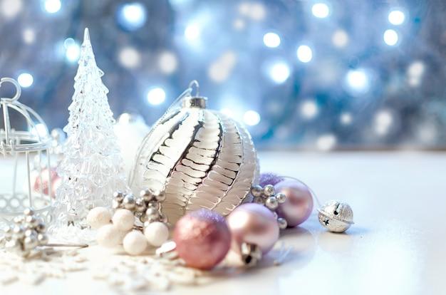 Kerstkaart met mooie roze en witte decoratie