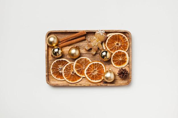 Kerstkaart met peperkoek man kaneel gedroogde stukjes sinaasappel en kerstspeelgoed kopieer ruimte
