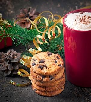 Kerstkaart met rode koffiekopje gegarneerd met slagroom
