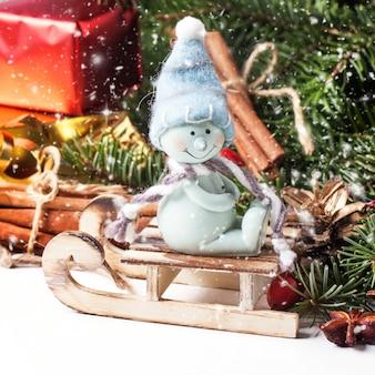 Kerstkaart met sneeuwpop op slee