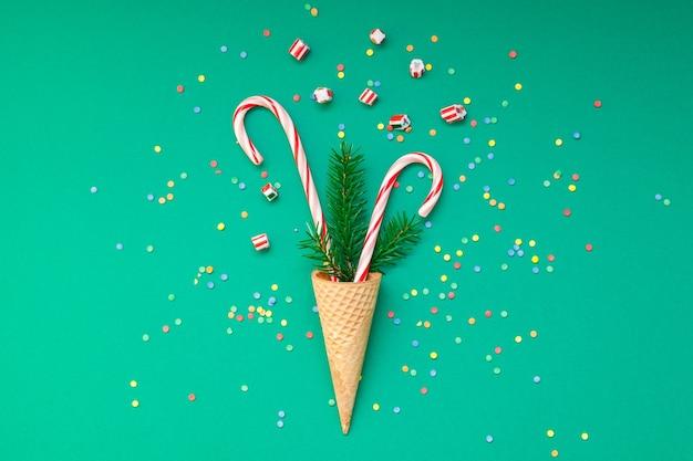 Kerstkaart met snoep stokken in wafel kegel