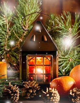 Kerstkaart met sparren takken, rode linten en decoraties, houten ornamenten, confetti. ruimte kopiëren, bovenaanzicht