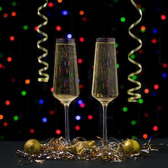 Kerstkaart met twee glazen mousserende wijn. gelukkig nieuwjaar