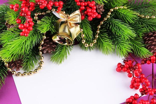 Kerstkaart op paarse achtergrond