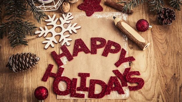 Kerstkaart, potlood en kerstversiering op houten background.photo met kopie ruimte