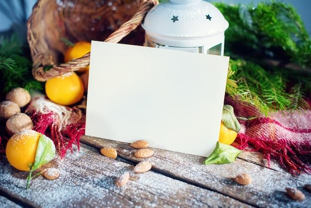 Kerstkaart prettige kerstdagen en gelukkig nieuwjaar thema. brief, sparren, lantaarn, mandarijnen, noten op houten achtergrond.