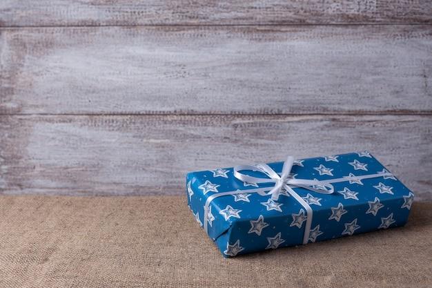 Kerstkaart uit een blauwe geschenkdoos