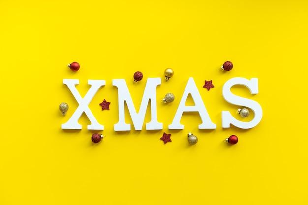 Kerstkaart witte xmas letters op feestelijke achtergrond.