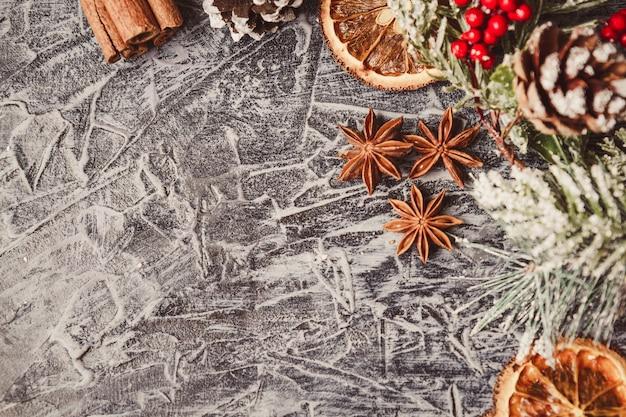 Kerstkaartconcept met vakantiedecor op grijze concrete achtergrond