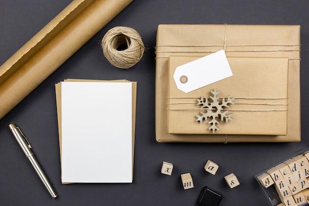 Kerstkaarten en enveloppen met handgemaakte geschenkdoos