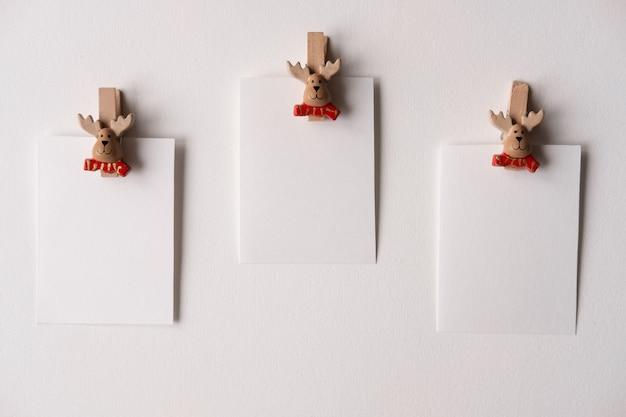 Kerstkaarten mockup op wasknijpers kerstman op wit concept nieuwjaar en kerstmis
