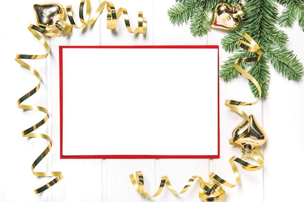 Kerstkaartmodel met gouden decoratie