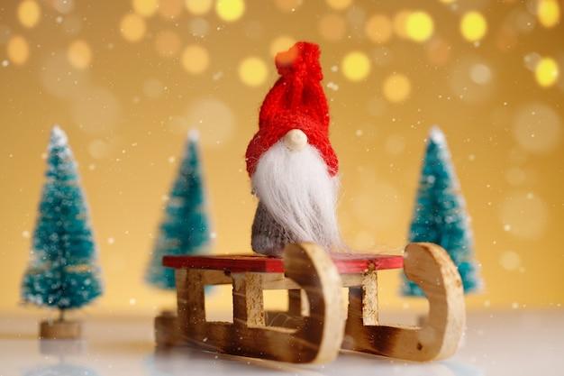 Kerstkabouter op slee met sparren