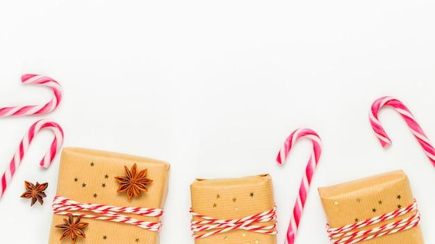 Kerstkader met geschenkdozen en zuurstokken