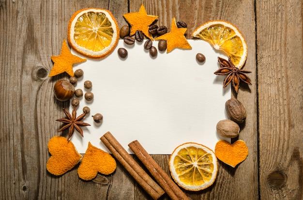 Kerstkader met noten, kruiden en sinaasappelen. plat leggen. bovenaanzicht