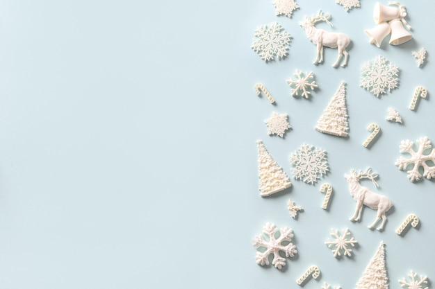 Kerstkader van witte vakantie diy decoratie op blauw.