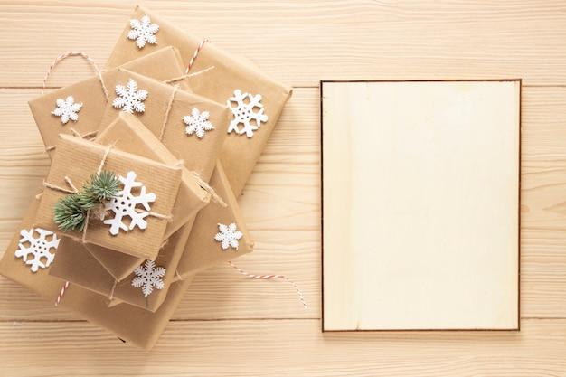 Kerstkadermodel naast geschenken