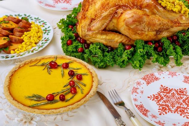 Kerstkalkoendiner geserveerd met pompoentaart en zoete aardappelen. nieuwjaars vakantie.